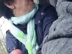 domáce staršie čínska dáma wanks penis do auta