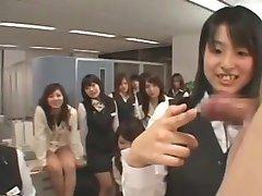 Ázijské CFNM chlap wanks v kancelárii