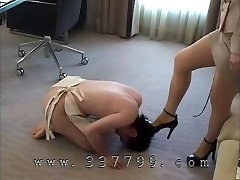 Na Femdom robí otroka lízať obuvi jediným