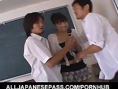 Misato Kuninaka knullade med sexleksaker innan dubbel teaming