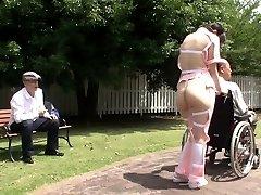 Subtiitritega veider Jaapani pool alasti hooldaja väljas