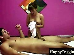 Azijska masaža terapeut čini ga raznijeti svoj teret