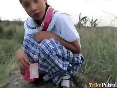 Filipina šolarka zajebal na prostem v odprto polje za turistične