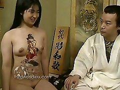 सुनहरे बालों वाली एशियाई फूहड़