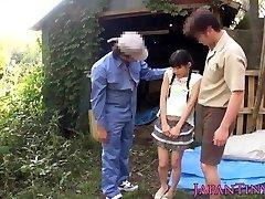 Video_ Tiny Japāņu meiteni āra facialized