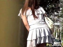 asian dekle gledal peeing