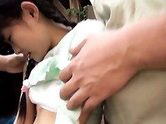 Maza auguma, japāņu meiteni pirkstiem ārā