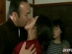guy somnoliento en besos escupidos de la esposa y la hijastra
