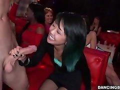 Mlada Azijska žena striptizeta čudovište