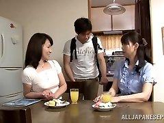 Saldkaisls Japāņu nobriedis cilvēks Yuuri Saejima bounces par stienis