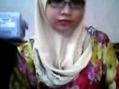malay- awek tudung depan webcam