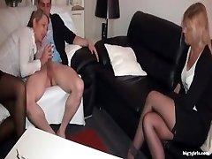 Reife Sextherapeutin fickt den Jungschwanz einer Patientin