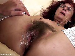 Hairy mom gets deep fisting from youthfull girl