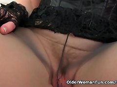 Scottish milf Toni Lace will tell you how to fap it