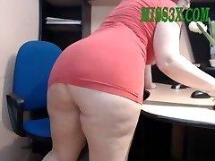 Older mature mom show her beautiful big backside