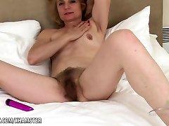 Isabella fucktoys her furry mature twat