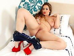 British milf Sophia Delane spreads her fuckable fanny