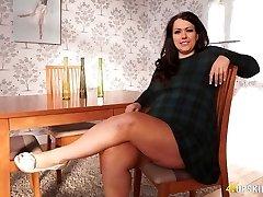 PLUS-SIZE mature Anna Lynn flashing her pussy upskirt