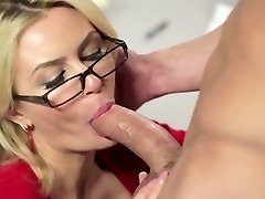 Blonde mature in glasses Gigi Allens boinks a molten builder