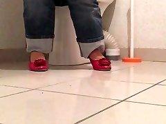 Laurence espionnee aux toilettes