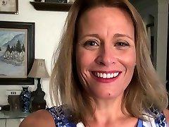 American milf Jayden Matthews dildos her mature cunt
