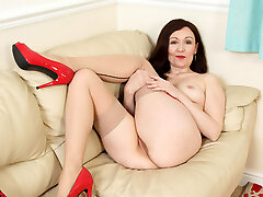English cougar Kitty Cream lets her fingers work their magic