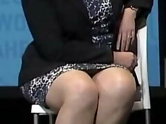 Bella donna con cosce polpose e velate