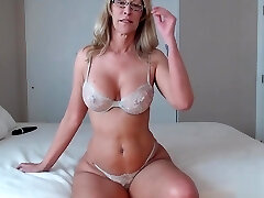 This Steamy Mom Knows How To Shake Her Ass
