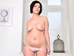 Euro milf Nicol rubs her cleanly trimmed pussy