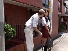 jeune écolière jap est séduit par le vieil homme en bus