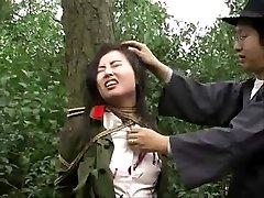Dell'esercito cinese, ragazza legata ad albero 1