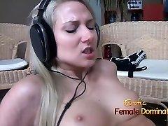 Headphones girl having her pussy poked while she enjoys lou