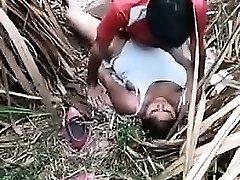 две девушки дези в джунглях трахаются с друзьями
