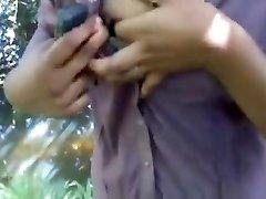 Дези колледж девушка показывает сиськи в парке