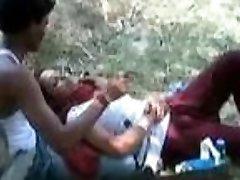 Индийская девушка позволяет играть ее любовника с ее сиськи в парке
