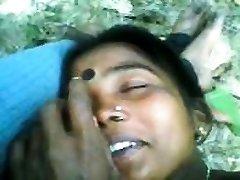 индийская пара занимается сексом на открытом воздухе