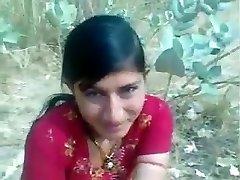 Красивая Индийская застенчивая девушка, показывая милые сиськи и милая киска