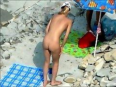 Sunbathing beach chick in the amazing voyeur shots