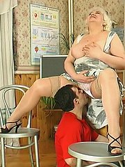 Chubby mom dropping on her knees to give great blowjob longing for hot fuck