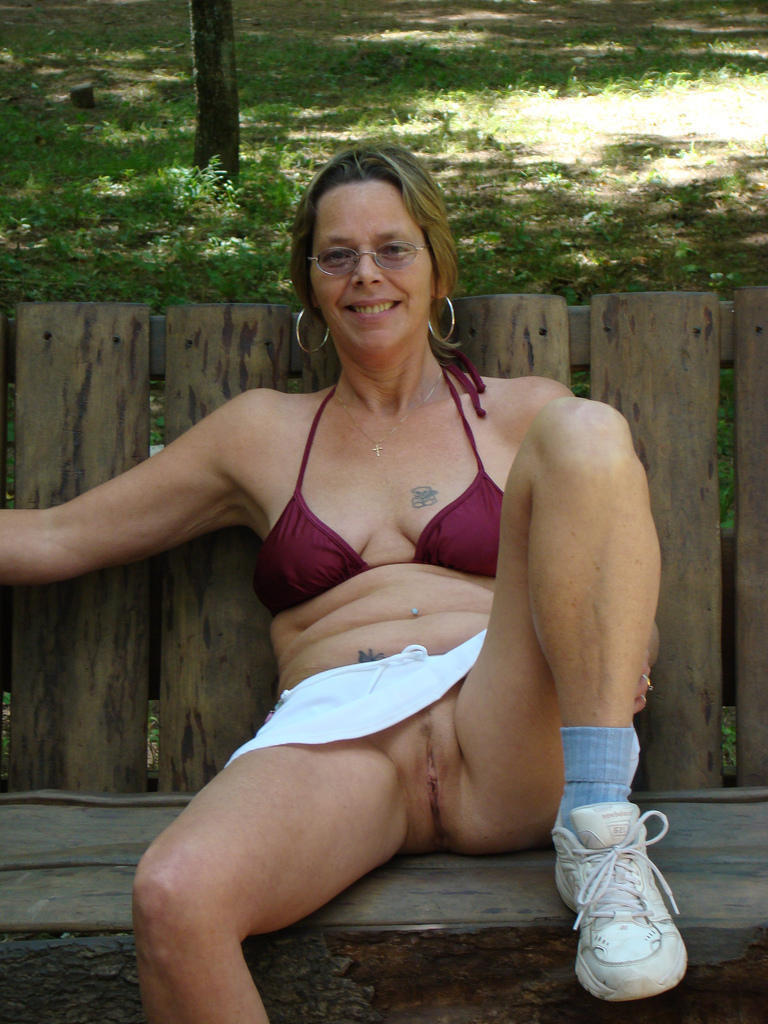 moms pose nude in public
