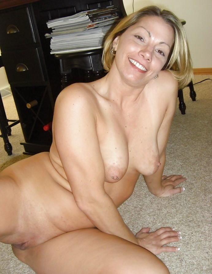 Chubby Boob Flash - Chubby MILF flashing her tits pics