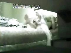Mana mamma uz gultas, izmantojot big dildo nozvejotas ar slēpto cam