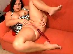 Raguotas Riebalų Chubby Teen su šlapias pūlingas Cumming ant savo sofos