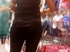 Izraelis . Į 18 year old flashes tits prekių parduotuvės