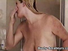 Busty Heather praustis po dušu