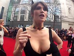 Gemma Arterton ir ĻOTI piedauzīga kleita