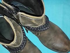 पर tushy mas में कानून के जूते