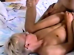 Blondīne Twink ar Brillēm