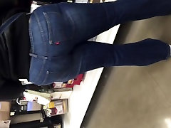 Big booty MILF in jeans 3