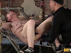 Piesaistīts vergu Leo izpaužas viņa ass, dziļurbuma ar ragveida Diakons
